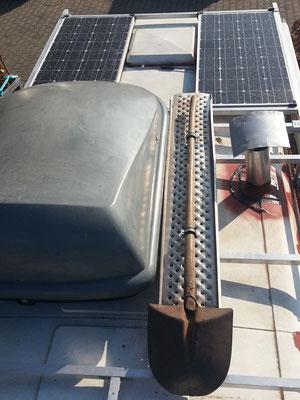 Solar und Sandbleche, dafür war der Träger vor allem gemacht. Alles was dreckig, leicht und sperrig ist, kommt aufs Dach