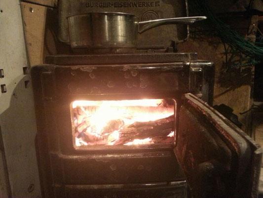 Holz gibts überall und ein solcher Ofen ist keine Frage der Effizienz oder Sinnhaftigkeits, sondern der Gemütlichkeit und des Stils.