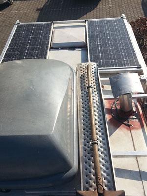 Solar und Sandbleche auf dem Dach.
