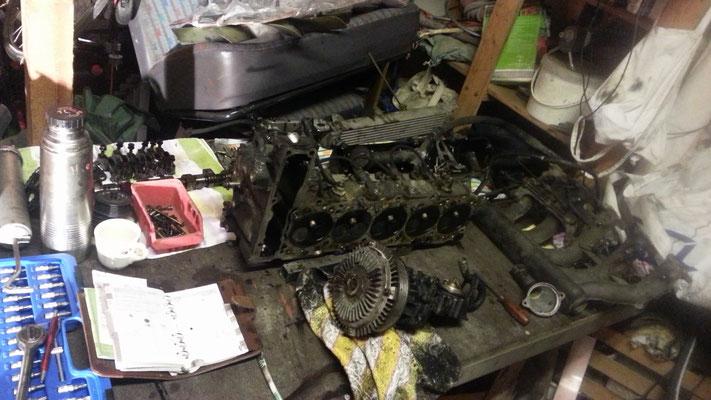 zerlegt auf der Werkbank, der Motor sah wirklich schlimm aus, die Kopfdichtung war bereits hinüber und hätte sowieso gemacht gehört!
