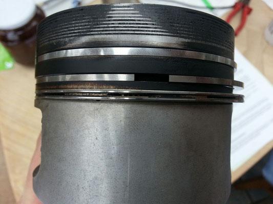 Neue Kolbenringe, die alten waren knapp am limit des vorgegebenen Wartungsmaß laut Mercedes Werkstatthandbuch.