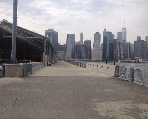 Blick von den Brooklyn docks auf Manhattan