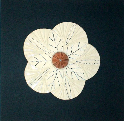Porzellan-Blume mit Seeigel