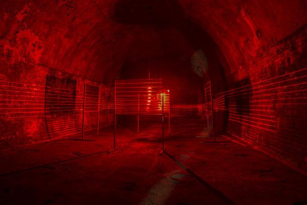 """""""Establishment"""", Lichtinstallation von Marc Klee. 48 Stunden Neukölln 2017, Ausstellung: """"Out of the Dark"""" , Gelände ehemalige Kindlbrauerei, Kellergewölbe."""
