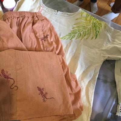 プリントするのを考えて服を買い、泥染めをして来たスカートにヤモリ。ブラウスにしだを重ねました。