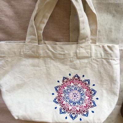 佑芙ちゃんもお弁当bagに。「最近色を塗りたかった」らしく、丁度いい機会になりました。