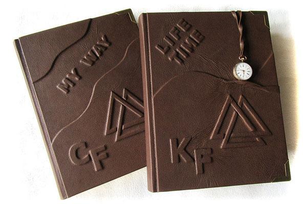 Lederbuch Hardcover Relief Wotansknoten Initialen Ledereinband braun 18cm x 25cm Hochformat 200 Seiten Fadenheftung Metallbuchecken Taschenuhr Tagebuch Zwillinge