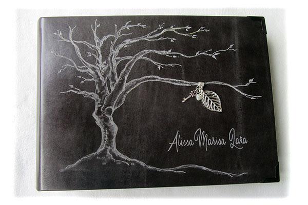 Lederalbum 18. Geburtstag Gravur Baum des Lebens Name Fotoalbum Hardcover 35cm x 25cm 100 Seiten ivory Leder grau Anhänger Blatt Schlüssel Herz silberfarben