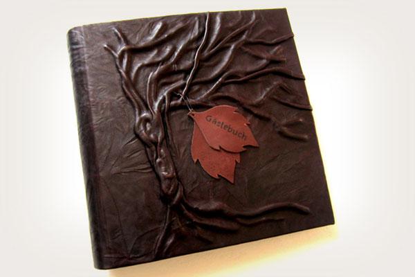 Leder Fotoalbum personalisiert 3D Gestaltung Hochrelief Baum Leder braun Leder Applikationen Blätter beschriftet Hardcover 30x30cm 100 Seiten weiß mit Pergaminzwischenblättern