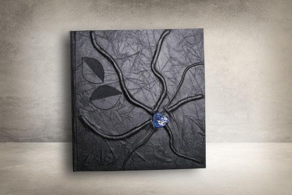 Kondolenzbuch Tagebuch Kunstleder schwarz Hochrelief Ranken Applikation Blätter Glasherz blau Hardcover quadratisch 22x22cm Buchblock fadengeheftet 160 Seiten Papier 160g/m² weiß