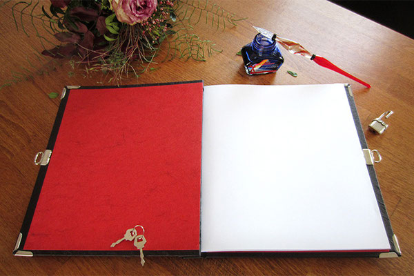 Tagebuch mit Schloss Hardcovereinband gepolstert Kunstleder schwarz Innenausstattung rot Buchblock weiß Hochformat 21x24cm