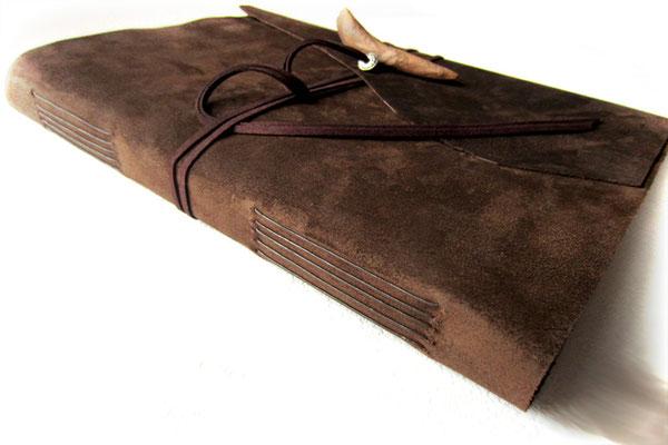 Lederalbum Leder dunkelbraun raue Seite außen Einstichbindung Buchverschluss Holzknopf Treibholz