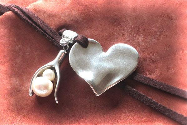 Ledertagebuch Leder feinporig terracottafarben Einbanddekoration altplatinfarbene Anhänger Herz Blütenkelch Perlen