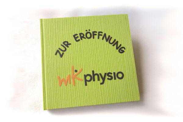 Gästebuch mit Logo Hardcover Einband Strukturpapier grün Buchstaben Applikationen dunkelgrau orange Gästebuch zur Geschäftseröffnung