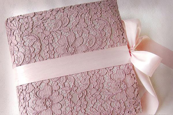 Schwangerschaftstagebuch gepolsterter Hardcover Bucheinband floraler Spitzenstoff altrosa umlaufender Schleifenverschluss puderrosa