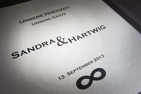Individuelles Layout gedruckt auf silberfarbenem Metallic-Karton Druck in Fotoalbum Hochzeit eingebunden