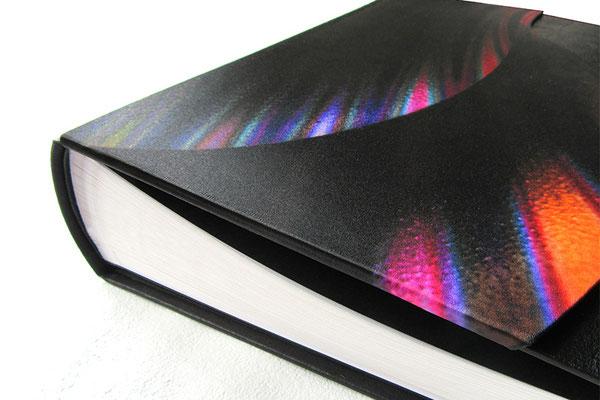 Fotoalbum Hardcovereinband Kunstleder schwarz mit aufgesetzter Applikation aus Buchbinderkarton bezogen mit bedrucktem Seidenstoff