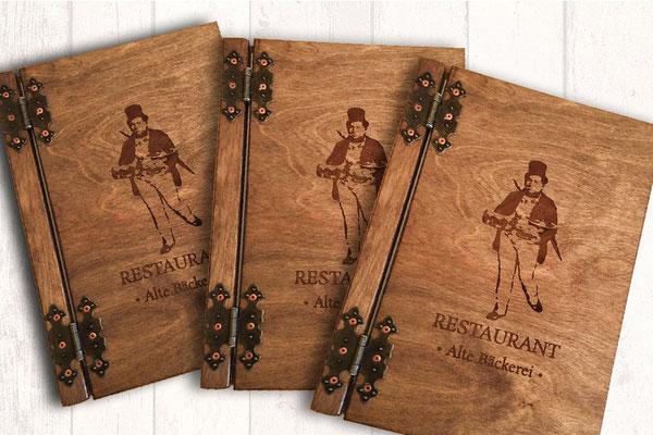 Restaurantkarte Holz, Speisekarte aus Holz, natürliche Holzkarte mit Metallscharnieren und Lasergravur individueller Grafiken