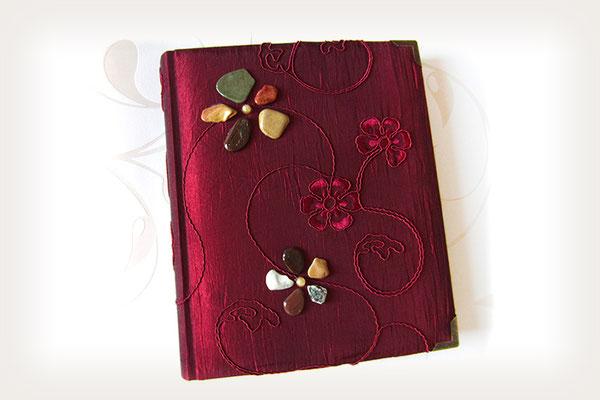 Fotoalbum mit gepolstertem Stoffeinband dunkelrot Taft floral bestickt mit Perlen, lackierten Steinblumen und Metallbuchecken