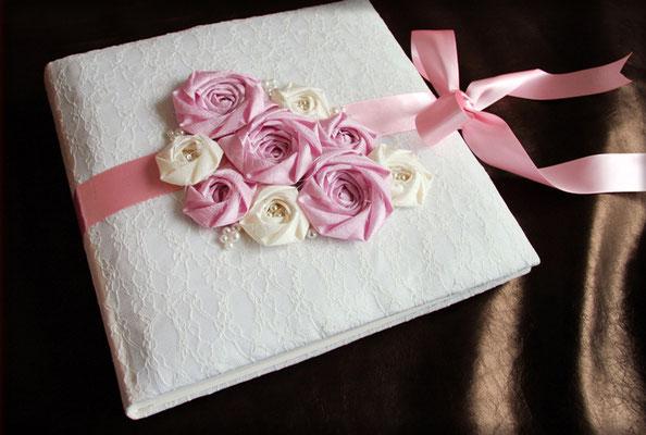 Hochzeitsalbum Spitze Rosen Satin Hardcover gepolstert Stoff Lingerie Stoffrosen Perlen naturweiß rosa 30x30cm 100 Seiten weiß mit Pergaminzwischenblättern