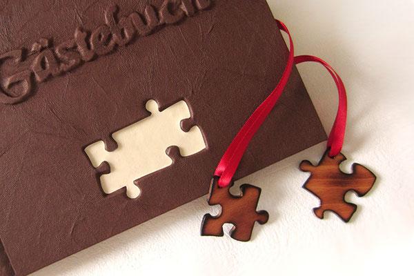 Hochzeitsgästebuch braun rot creme 3D Gestaltung Schriftzug Gästebuch Puzzleteile Holz lackiert Satinband rot Hardcover A5 quer 160 Seiten 160g Papier elfenbeinfarben Fadenheftung