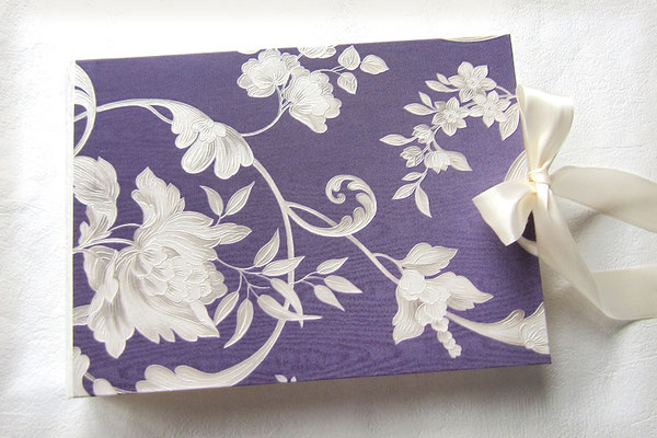 Hochzeitsalbum Hochzeitsfarben lila creme weiß floraler Strukturkarton leicht glänzend Oberfläche beschichtet Hardcover 35x25cm 100 Seiten elfenbeinfarben Druck Hochzeitsdaten Seite 1 im Album