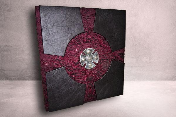 Kondolenzbuch Tagebuch fantasievoller Bucheinband Materialmix Stoff dunkelrot Segmente Lederimitat schwarz verziert Templerkreuz
