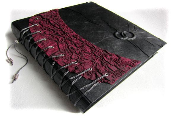 Fotoalbum Hochzeit Stoffeinband schwarz Einbandgestaltung Korsett dunkelrot Hochrelief Ringe Hardcover schwarze Seiten Schwarze Hochzeit Gothic Hochzeit