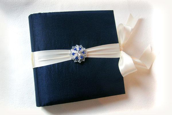 Schwangerschaftstagebuch gepolsterter Hardcover Bucheinband Taft Stoff nachtblau umlaufender Schleifenverschluss cremefarben Einbanddekoration Brosche silberfarben blau