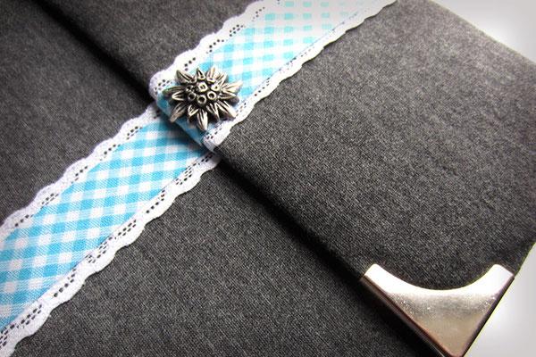 Schwangerschaftstagebuch Magnetverschluss gepolsterter Stoffeinband dunkelgrau umlaufendes Karoband blau weiß auf Spitzenband weiß Edelweiß Buchecken silberfarben Hardcover 21x21cm 160 Seiten weiß