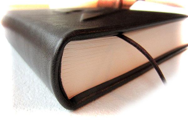 Echtleder Hardcover Buch Glattleder edles dunkelbraun matt glänzend Buchblock fadengeheftet 180 Seiten 120g Papier ivory Buchblock gerundet auf Hülse eingehangen