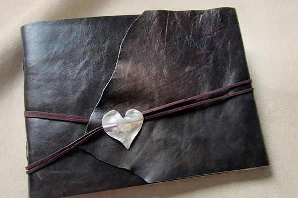 Lederalbum Softcover Leder antik schwarz braun geflammt glatt leicht glänzend Buchverschluss Herzanhänger 52x27mm antik silberfarben Kordel umlaufend dunkelbraun
