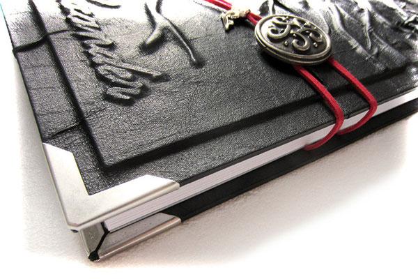 Foto Gästebuch Hochzeit Reliefeinband Kunstleder schwarz Buchverschluss keltischer Knoten altsilberfarben Band rot Buchecken mattsilberfarben