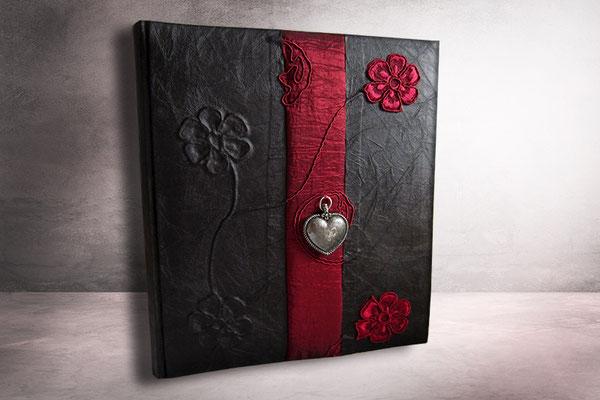 Fotoalbum schwarz rot Trachtenherz altsilberfarben Hardcover Stoffeinband schwarz Borte changierender Crashtaft dunkelrot