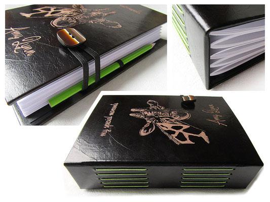 A5 Lederbuch scharz braun Hardcover 200 Seiten weiß Langstichheftung grün Gravur Name Giraffe Gummibandverschluss mit Schmuckknopf flexibler Stifthalter