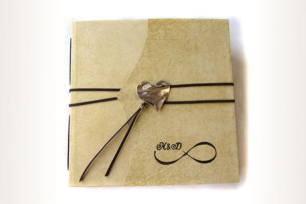 Personalisiertes Hochzeitsgästebuch, Hardcover Ledereinband hellbeige natur, großer Herzanhänger als Buchverschluss, Unendlichkeitszeichen mit Initialen