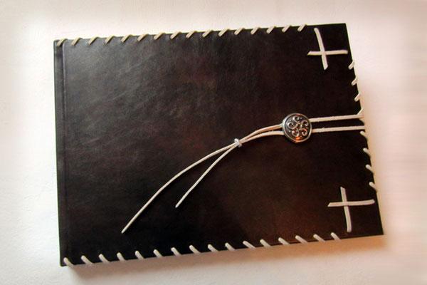 Attraktives Gästebuch Hochzeit Hardcover Leder dunkelbraun Glattleder leicht glänzend Einbandgestaltung umlaufender Flechtung keltischer Knoten Format 35x25cm 160 Seiten Künstlerpapier crema