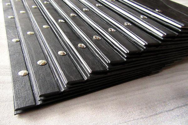 Handgefertigte Gastrokarte geschraubt Kleinauflage nach Kundenwunsch Kunstleder schwarz Metallbuchschrauben vernickelt
