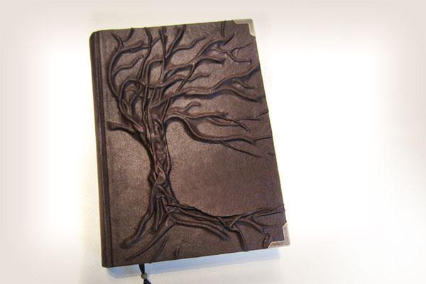 Tagebuch Hochrelief Baum Einbandmaterial Lederimitat braun Metallbuchecken antikmessingfarben Leseband A4 Hardcover 240 Seiten ivory