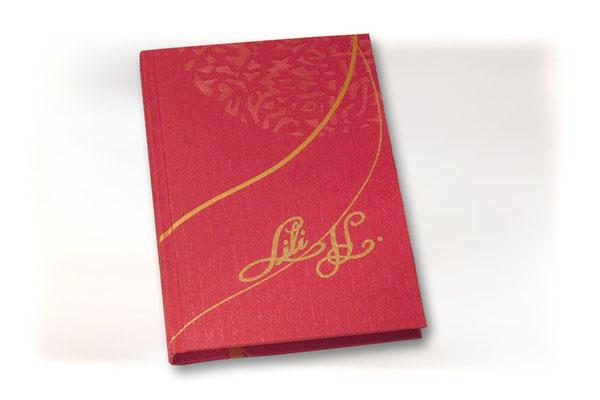 Tagebuch Strukturpapier rot goldfarbenes Muster Applikation Name Buchblock Fadengeheftung hellgelbe und cremefarbene Papierlagen im Wechsel Hardcover A5 Buch 144 Seiten