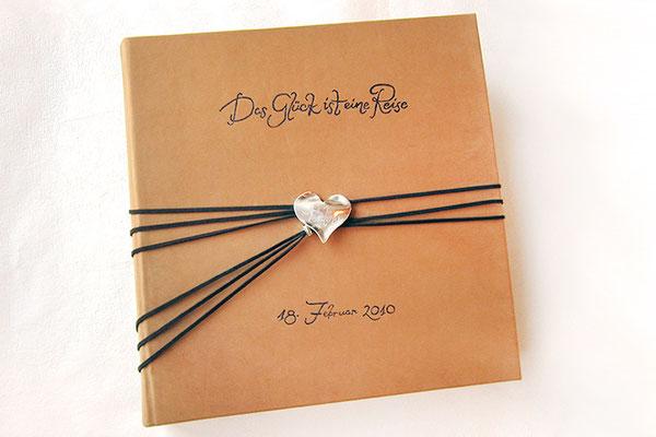 Fotoalbum Ledereinband Leder natur hell beige Hardcover großes Lederalbum personalisiert 35cmx35cm 100 Seiten Buchverschluss Herz Bänder dunkelbraun