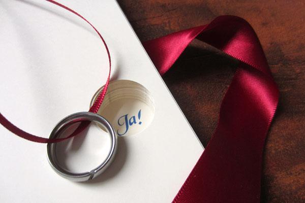 Liebesgeschichte Heiratsantrag Ringversteck im Buch kreisrunde Aussparung im Buchblock