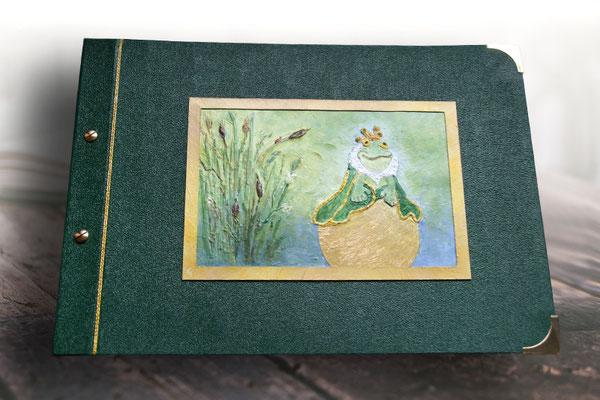 Kinderalbum Froschkönig 3D Bild entworfen geklebt gespachtelt grundiert bemalt lackiert Schraubalbum Hardcover Bucheinbandmaterial Bibliotheksleinen imprägniertes Buchbindegewebe dunkelgrün Buchschrauben Buchecken goldfarben