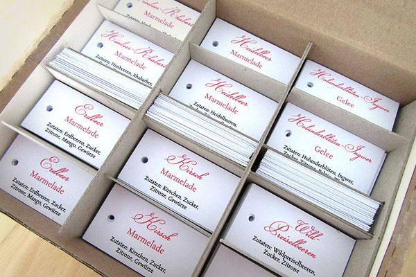 Individuell bedruckte handgefertigte Label aus Karton gelocht