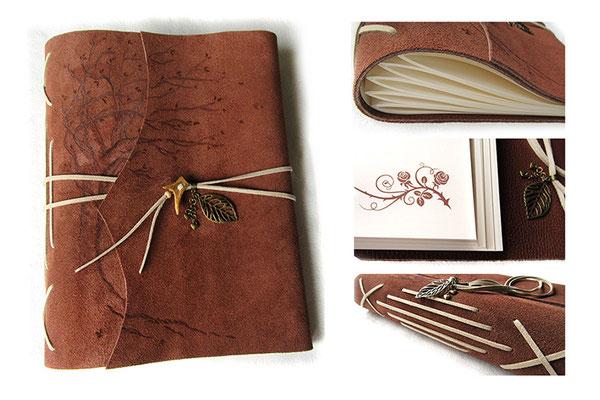 A4 Lederbuch individuell gestaltet Softcover Ledereinband raue Seite außen Lederbranding Baum Buchverschluss Hornspitze Anhänger Blatt Herzen Innenseiten beduckt mit Eckenornamenten