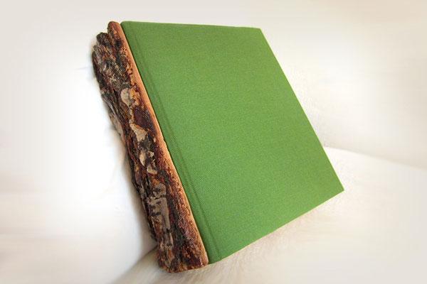Gästebuch Buchrücken Holz mit Rinde lackiert Hardcoverbuch Buchbindegewebe Buchbindeleinen olivgrün Buchblock gerundet 320 Seiten cremefarben hochwertige Fadenheftung Buchbinder Heftzwirn