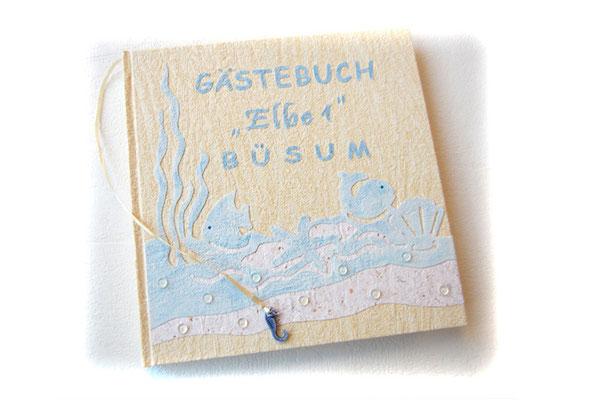 Gästebuch Ferienwohnung gestaltet nach Kundenwunsch Strukturpapier maritime Borte Schriftzug sand hellblau weiß Leseband Seepferdchen Hardcover 25x25cm 200 Seiten weiß
