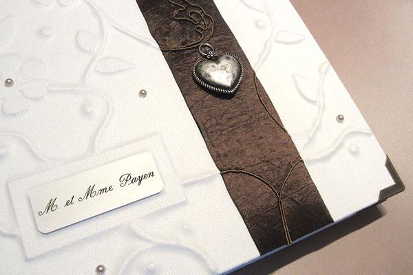 Hochzeitsgästebuch, Hardcover Reliefeinband Florales, Bezugstoff naturweiß, gepolsterte Borte braun changierend, Trachtenherz und Metallschild mit Gravur silberfarben