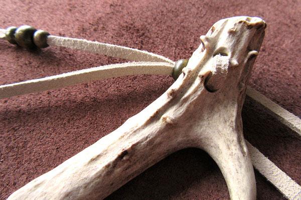 Geweihspitze auf Lederalbum raue Lederseite außen Buchverschluss Hornknopf Hornspitze 9cm Bänder hellbeige Holzperlen grau braun