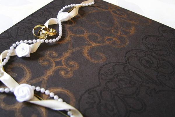Gästebuch Hochzeit Hardcoverbuch mit edlem Designpapier und Buchdekoration Bänder Perlen Ringe